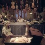 Вълшебна приказка в дома на Нийл Геймън с новата песен на съпругата му Аманда [Видео]