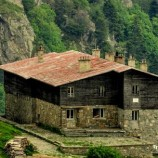 Открива се уютен книжен дом нависоко в планината