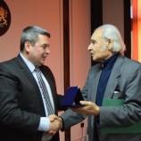 Антон Дончев е първият носител на Почетния знак на Горна Оряховица