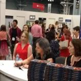 """Лий Бардуго подписа за фенове първите бройки на """"Жената чудо: Warbringer"""""""