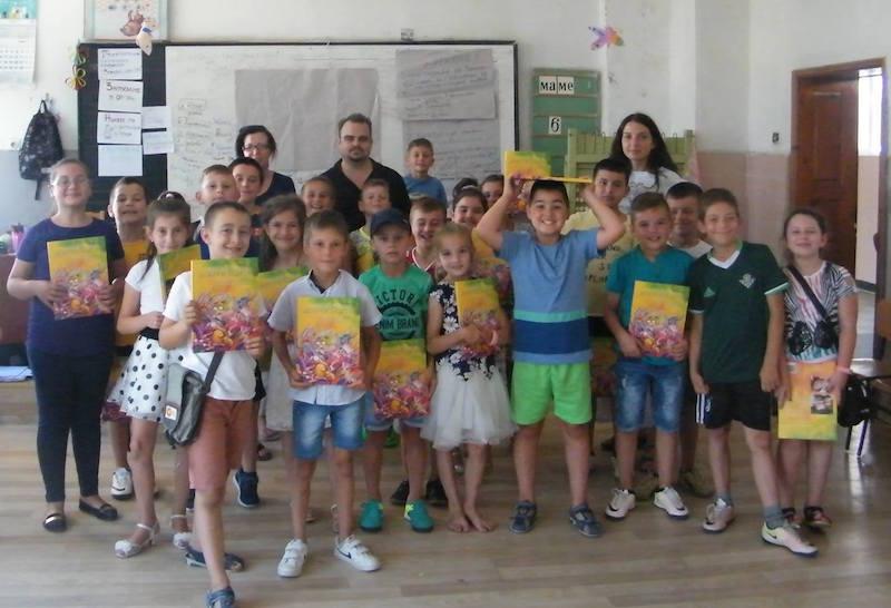 Никола Райков и децата от Вълкосел през 2017 г.