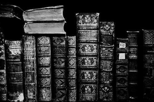 """Четене на стари стихосбирки в """"Гарванът и гюлето"""""""
