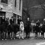 Библиотекарки на коне от 1930 г. помагат на бедните с книги [галерия]