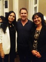 Никълъс Спаркс заедно с Цветелина Дечева - собственик на Издателство ЕРА (отдясно) и с Радослава Георгиева - помощник-редактор в издателството (отляво)