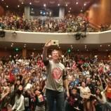 Джеф Кини празнува продажбата на 10 милиона копия от Дръндьото с турне в Китай [галерия]