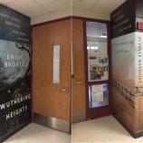 Гимназия украсява коридорите си с огромни корици на известни книги [галерия]