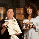 """Елизабет Асеведо и Джаки Морис са тазгодишните носителки на медалите """"Карнеги"""" и """"Кейт Грийнауей"""""""