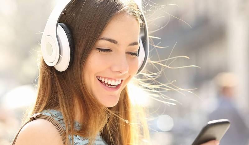 жена слушалки аудиокниги