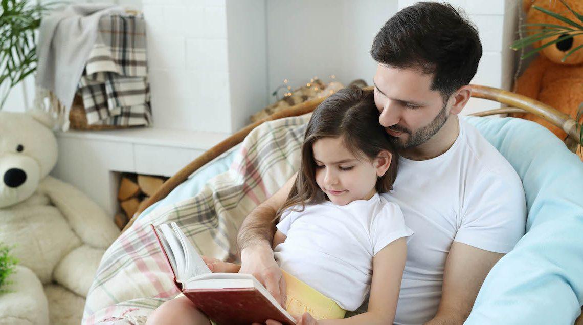 баща и дъщеря четат книга