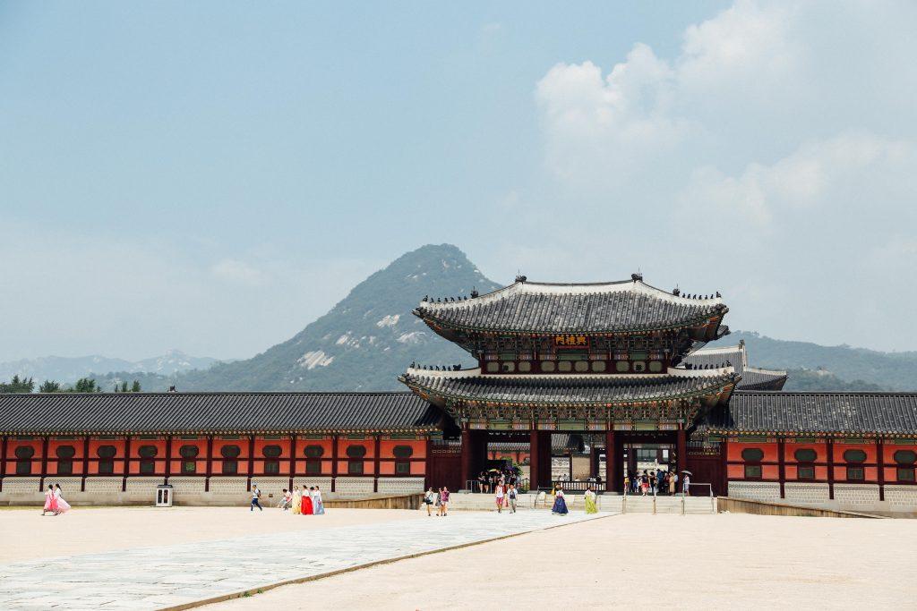 """Двореца """"Кьонбок"""" в Сеул (Снимка: Chan Young Lee/Unsplash)"""