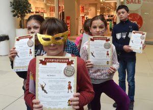 Малките щафетници със своите сертификати за участие и колекционерски значки