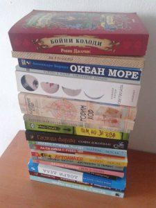 Излязла от контрол купчина с книги за четене...