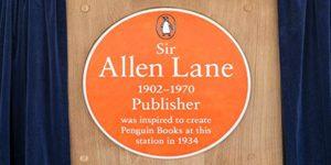 Мемориален надпис на на гара Ексетър в памет на сър Алън Лейн