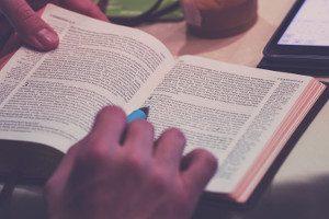 Книга и четящ човек с химикалка